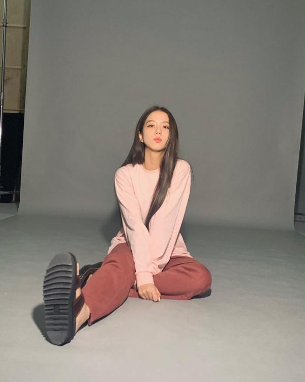 Đang trên đường 'đọ' street style khốc liệt với Jennie là cô bạn đồng niên Jisoo. Outfit tự mix&match của Jisoo ngày càng được yêu thích hơn vì sự đơn giản, dễ vận dụng và dễ mặc trong nhiều trường hợp. Như khi thành viên BlackPink phối sweater hồng với quần kaki màu đỏ bầm ngọt ngào vô cùng.