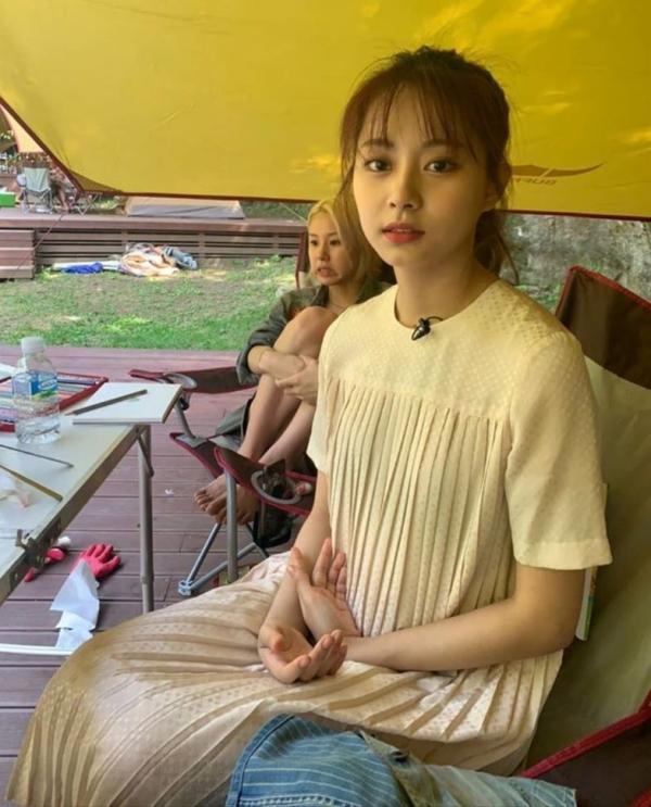 Visual của Tzuyu không có gì phải bàn, nhưng mà chiếc đầm khiến cô nặng nề, lại già đi bao nhiêu.
