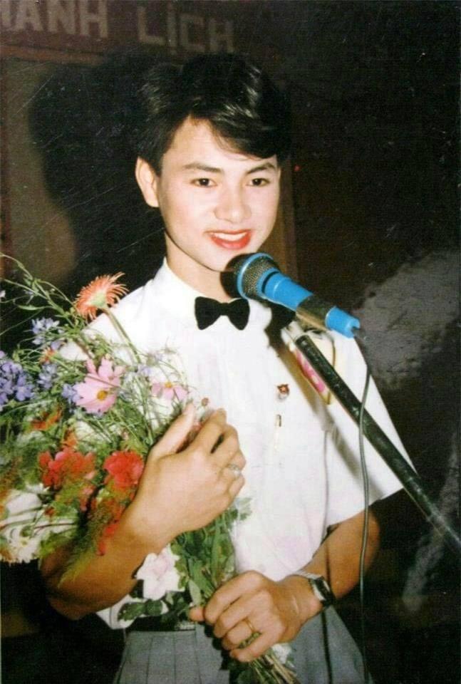NSƯT Xuân Bắc với style đi hát văn nghệ 'mặt hoa da phấn' môi son đỏ khiến nhiều người bật cười vì chất hài toát ra trong từng khoảnh khắc