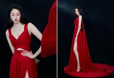 Thiết kế xẻ tà cao giúp bạn gái Lộc Hàm khoe đôi chân dài trứ danh. Việc chỉ sử dụng 1 tông đỏ duy nhất đã tôn trọn vẹn nét đẹp của nữ diễn viên, đặc biệt là phần cổ khoe ngực đầy.