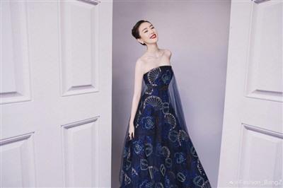 'Thoát vai' Cố Giai giản dị, Đồng Dao xinh đẹp ngút ngàn trong thiết kế đầm quây mang tông xanh quyền lực của Armani Prive.