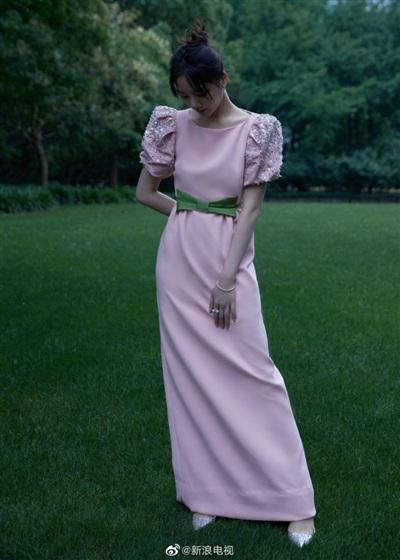 'Tình mới của Tiêu Chiến' Nhậm Mẫn bị chê vì thiết kế váy sến, không đặc biệt về kiểu dáng và cách phối màu cũng không bắt mắt.