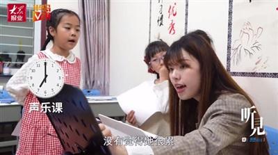 Bố mẹ hứng chịu sự chỉ trích của cộng đồng mạng khi cho con gái 7 tuổi học 14 môn phụ đạo mỗi tuần 7