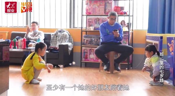 Bố mẹ hứng chịu sự chỉ trích của cộng đồng mạng khi cho con gái 7 tuổi học 14 môn phụ đạo mỗi tuần 10