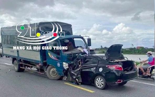Clip: Ô tô đối đầu xe tải khiến 3 người tử vong tại chỗ ở Hưng Yên, trong đó có một cháu bé 4 tuổi 0