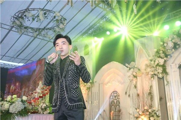 Nam ca sĩ luôn có sự ưu ái rất lớn cho học trò của mình khi dẫn đến hát tại 'siêu đám cưới'.