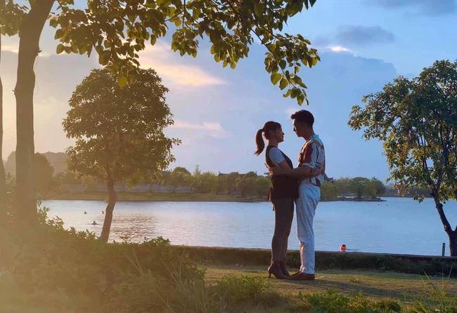 Nam và Long có những khoảnh khắc tình tứ, đẹp lãng mạn ở bên hồ