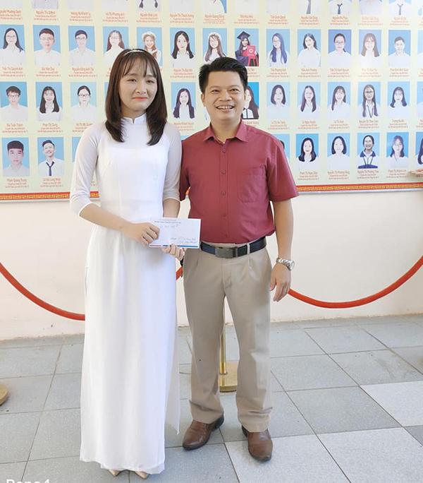 Kim Anh và thầy Phan Khắc Nghệ.