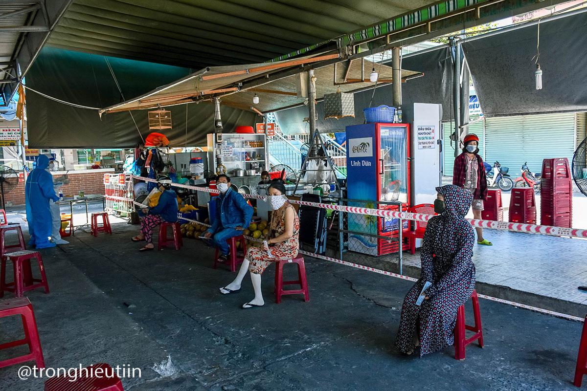 Chùm ảnh: Người bán chè trong chợ dương tính Sars-CoV-2, tiểu thương chợ Cẩm Lệ khẩn trương dọn dẹp, thực hiện lệnh tạm dừng hoạt động 4
