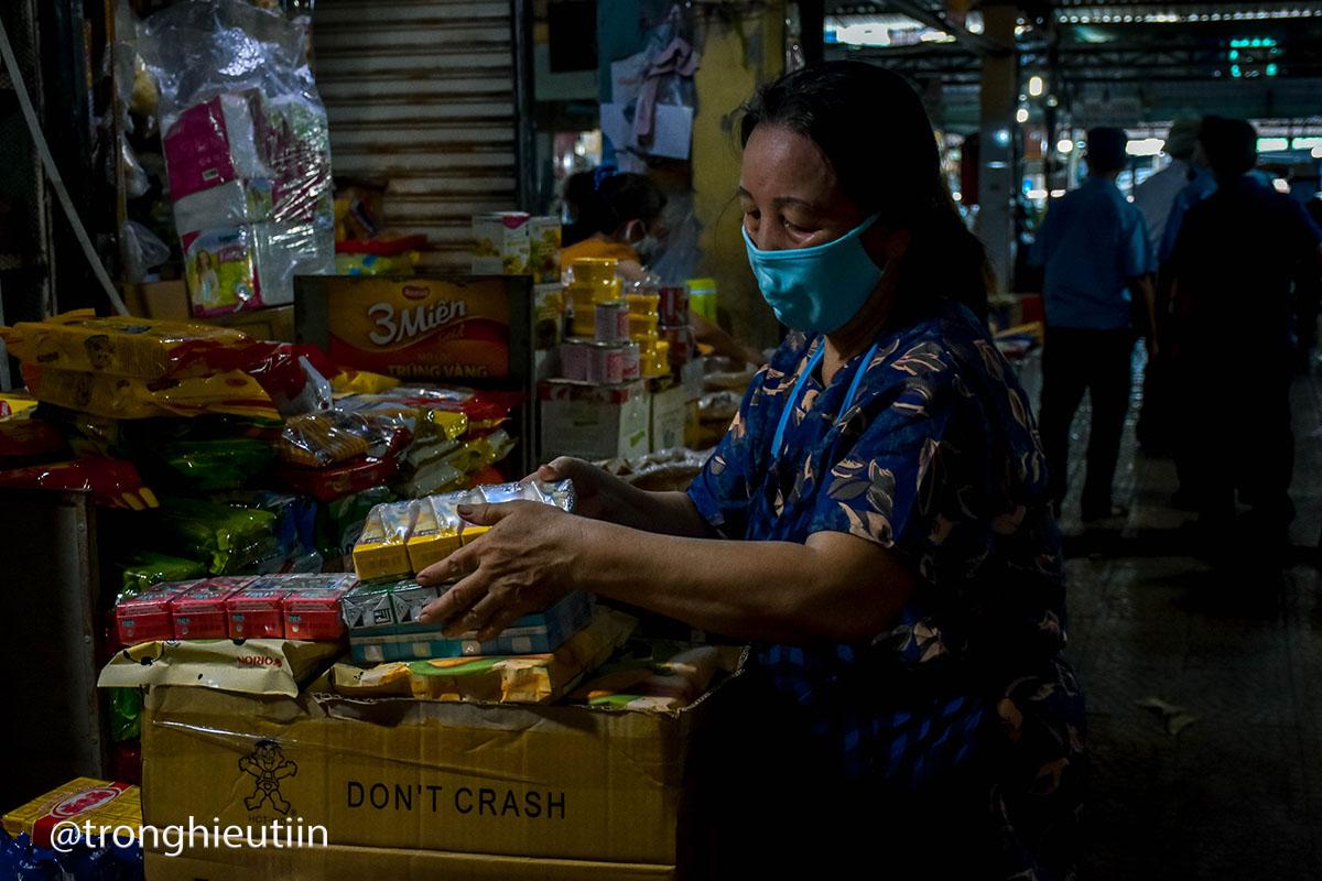 Tiểu thương bên trong chợ gói hàng, đóng cửa tạm dừng hoạt động