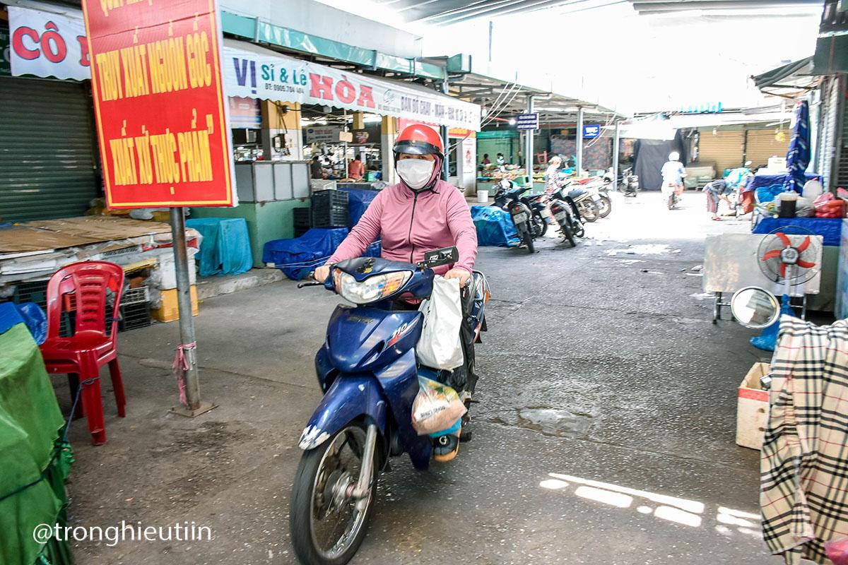 Chùm ảnh: Người bán chè trong chợ dương tính Sars-CoV-2, tiểu thương chợ Cẩm Lệ khẩn trương dọn dẹp, thực hiện lệnh tạm dừng hoạt động 8