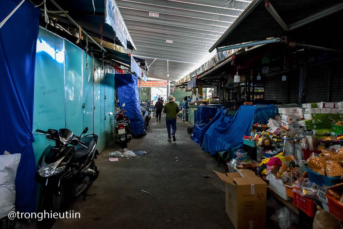 Chợ Cẩm Lệ là khu chợ lớn ở khu vực, nơi đây kinh doanh đầy đủ các mặt hàng dân sinh. Thời gian vừa qua, cứ 3 ngày tiểu thương kinh doanh hàng thịt, cá hải sản ở khu chợ này được lấy mẫu một lần. Đến hôm nay 27/7, thì phát sinh ca dương tính mới.