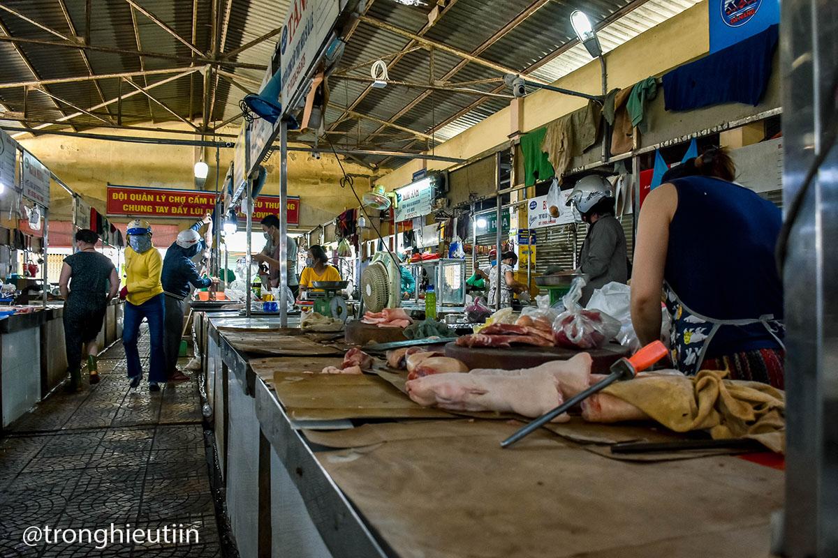 Chùm ảnh: Người bán chè trong chợ dương tính Sars-CoV-2, tiểu thương chợ Cẩm Lệ khẩn trương dọn dẹp, thực hiện lệnh tạm dừng hoạt động 16