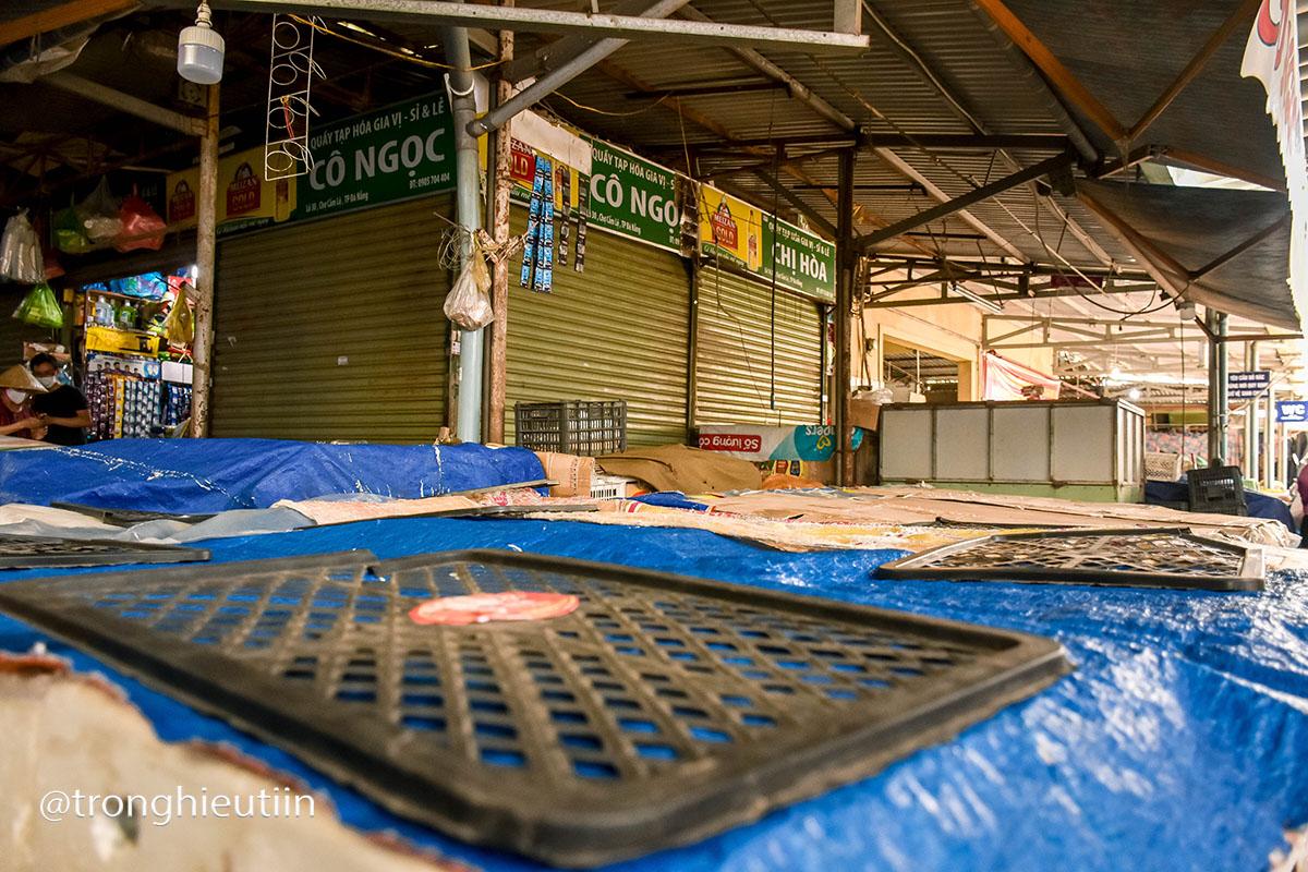 Chùm ảnh: Người bán chè trong chợ dương tính Sars-CoV-2, tiểu thương chợ Cẩm Lệ khẩn trương dọn dẹp, thực hiện lệnh tạm dừng hoạt động 18