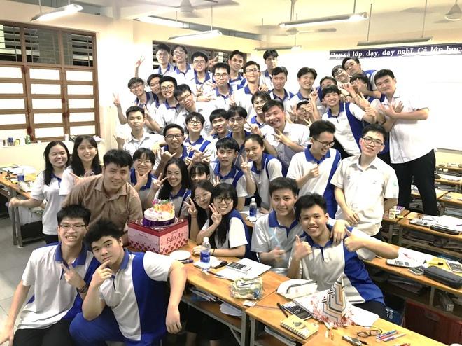 Nhờ sự đoàn kết cùng giúp đỡ nhau học tập mà các bạn học sinh lớp 12A2 trường THPT Nguyễn Khuyến (Bình Dương) đã vượt vũ môn thành công.