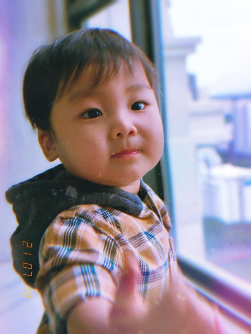 Khi Bo gần 2 tuổi, mẹ Hòa Minzy mới công khai diện mạo cậu bé. Trước đó, cô lo lắng việc chia sẻ hình ảnh của Bo một cách công khai có thể mang lại ảnh hưởng không tốt cho con trai.