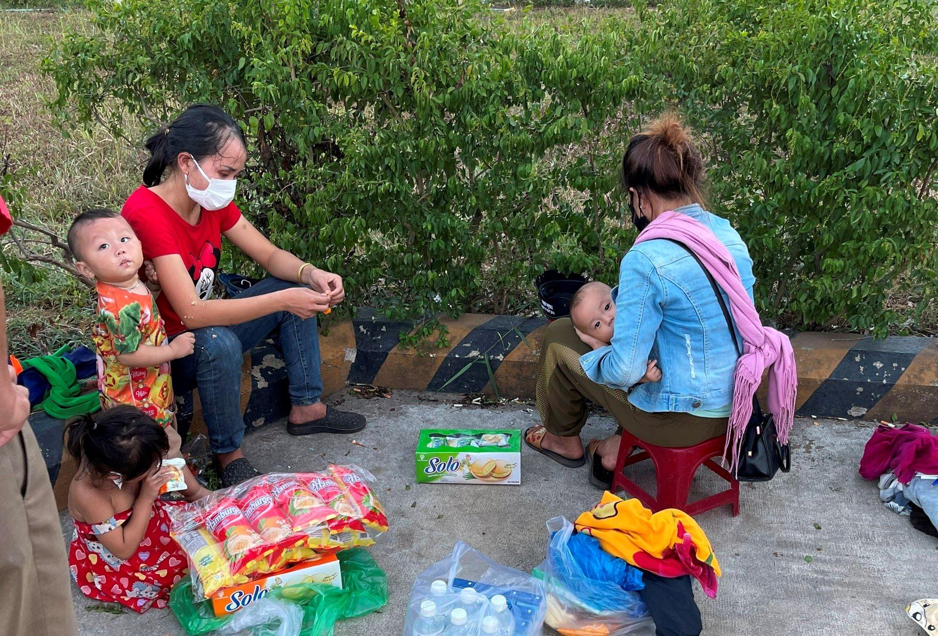 Hai người vợ cùng 3 con nhỏ bị 2 người chồng 'bỏ quên'tại chốt kiểm soát dịch.Ảnh Bảo Trung.
