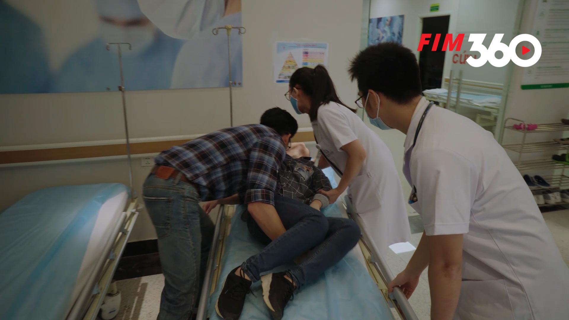 Hân bị ngất xỉu, được Bảo đưa đến bệnh viên.