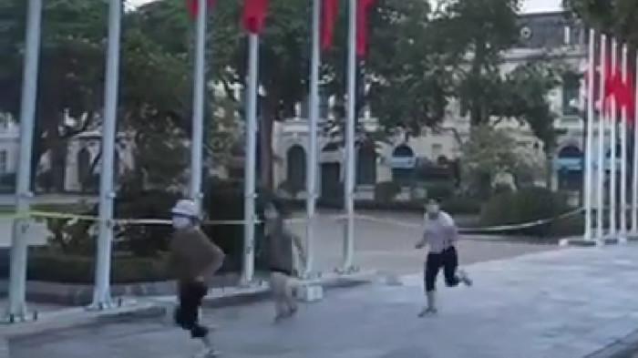 Nhóm phụ nữ bỏ chạy khi bị lực lượng chức năng phát hiện