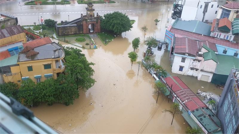 Mưa ngập Đồng Hới (Quảng Bình): Ăn mì tôm cầm cự, chỉ mong trời thương đừng mưa nữa