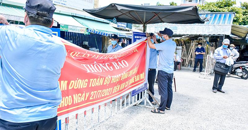 Chùm ảnh: Người bán chè trong chợ dương tính Sars-CoV-2, tiểu thương chợ Cẩm Lệ khẩn trương dọn dẹp, thực hiện lệnh tạm dừng hoạt động