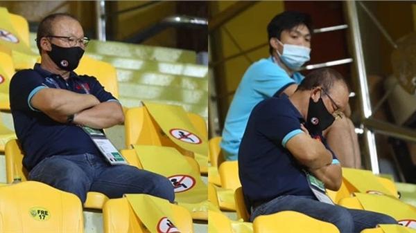 Hình ảnh HLV Park Hang-seo ngồi trên khán đài chăm chú theo dõi ĐT Việt Nam gây xúc động