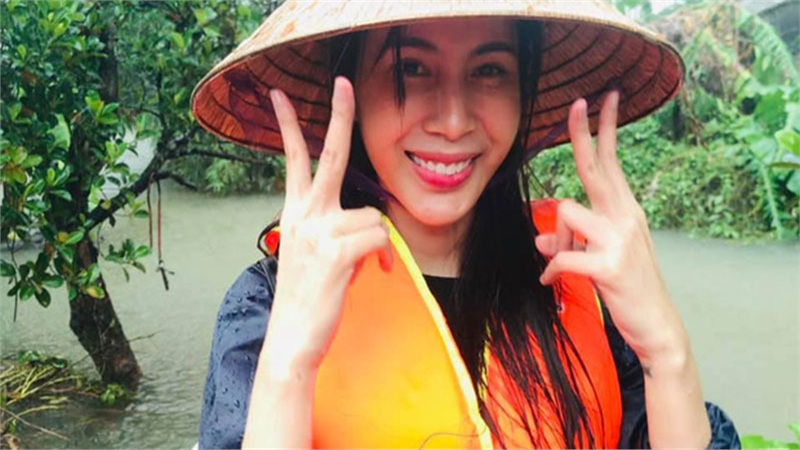 Thủy Tiên kêu gọi ủng hộ được hơn 60 tỷ sau 6 ngày, chân nổi ghẻ nhưng vẫn quyết ra tiếp Quảng Bình cứu trợ bà con