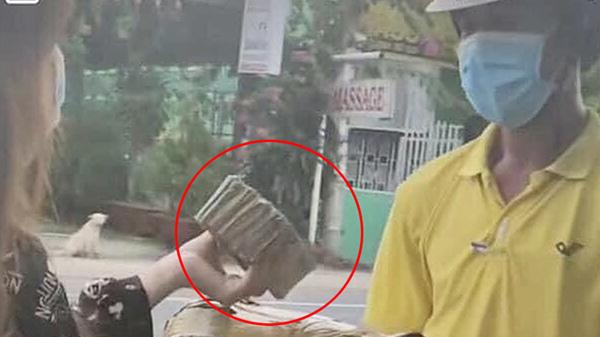 Nam shipper 'mếu mặt'khi nhận xấp tiền lẻ đếm mỏi tay từ đơn hàng 1 triệu đồng của cô gái trẻ