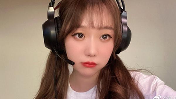Nữ streamer xinh đẹp bị fans cuồng quấy rầy, ra tù vẫn tuyên bố 'Tao sẽ giải quyết mày'