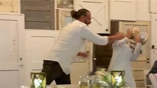 Chú rể ném 3 tầng bánh kem vào cô dâu khiến cộng đồng mạng xôn xao