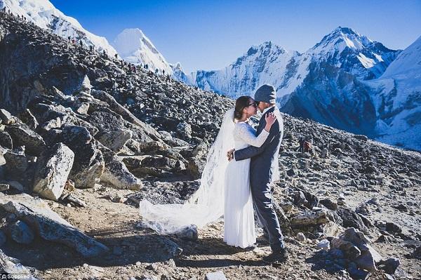 Đám cưới của cặp đôi trên đỉnh Everest được tổ chức đơn giản nhưng vẫn rất ý nghĩa.