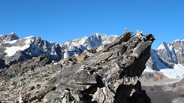 Dù không có người thân ở bên nhưng cả hai đã nhận được nhiều lời chúc phúc từ những người leo núi cùng đoàn.