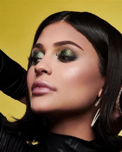 Kylie trực tiếp quảng bá cho mỹ phẩm của mình: Weather Collection.