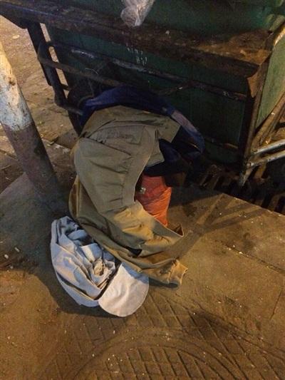 Ảnh chụp quần áo của anh chồng ham 'léng phéng' khi đã yên vị ngoài… thùng rác.