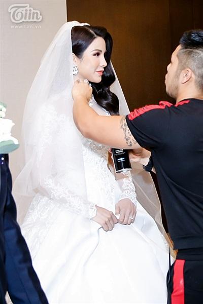 Diệp Lâm Anh xinh như công chúa, ngọt ngào hôn chú rể trong tiệc cưới xa hoa 0