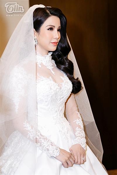 Diệp Lâm Anh xinh như công chúa, ngọt ngào hôn chú rể trong tiệc cưới xa hoa 1