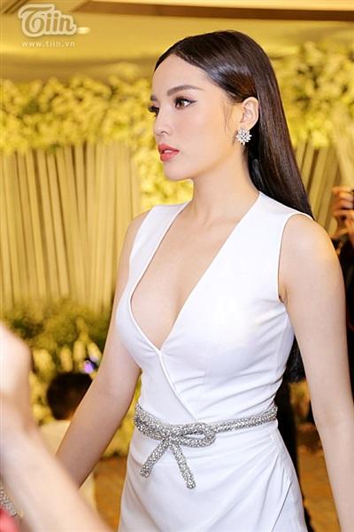 Diệp Lâm Anh xinh như công chúa, ngọt ngào hôn chú rể trong tiệc cưới xa hoa 8