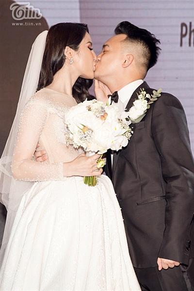 Diệp Lâm Anh xinh như công chúa, ngọt ngào hôn chú rể trong tiệc cưới xa hoa 16