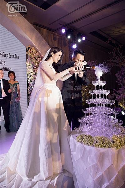 Diệp Lâm Anh xinh như công chúa, ngọt ngào hôn chú rể trong tiệc cưới xa hoa 18