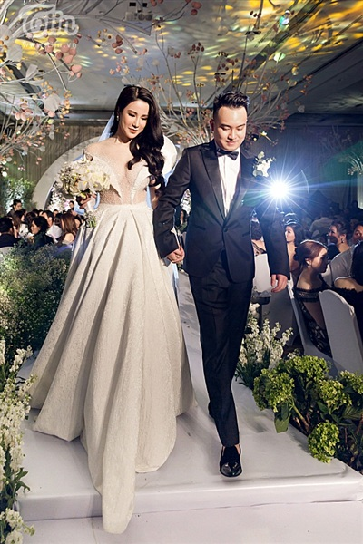 Diệp Lâm Anh xinh như công chúa, ngọt ngào hôn chú rể trong tiệc cưới xa hoa 13