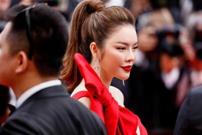 Son môi đỏ, tóc đuôi ngựa buộc cao, Lý Nhã Kỳ đẹp như một nàng công chúa bước ra từ truyện cổ tích.