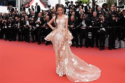 Ngày thứ hai trên thảm đỏ Cannes, Lý Nhã Kỳ hóa thành cô nàng mạnh mẽ pha chút hoang dại.
