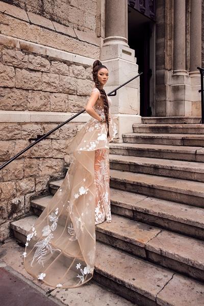 Thiết kế váy được cắt may, kết hoa tinh xảo từ nhà thiết kế Hoàng Hải đã đem đến cho Lý Nhã Kỳ một diện mạo hoàn toàn mới.