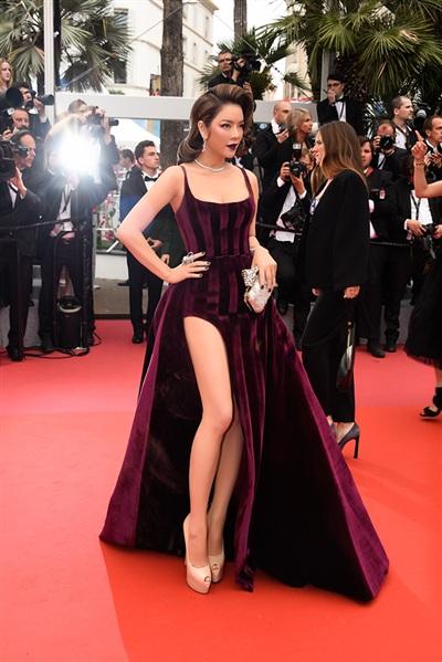Thiết kế váy xẻ đùi táo bạo giúp Lý Nhã Kỳ khoe vóc dáng nuột nà.