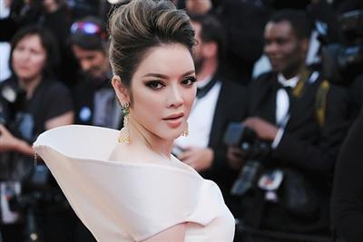 Phần vai áo được may cách điệu càng tăng tính thời trang và gu thẩm mỹ cho người mặc.