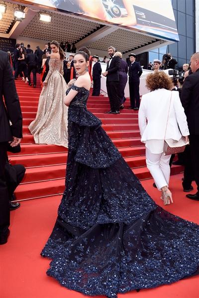 Thiết kế váy xếp tầng đượcđính đá cẩn thận đẹptựa như một bầu trời đêm đầy sao.