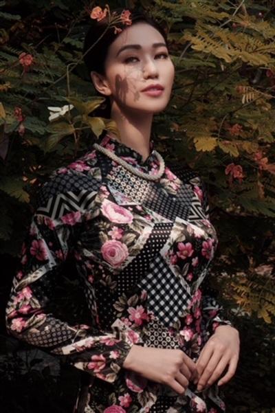 Khánh My toát lên vẻ đẹp cổ điển pha lẫn hiện đại khi áo dàitừ đơn sắc đến hoạ tiết khiến ai nấy đều xao xuyến.