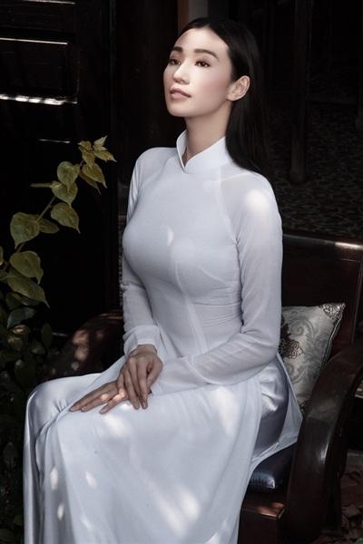 Trong một thiết kế áo dài đơn sắc trắng tinh khôi, Khánh My lai khiến người xem nửa lạ nửa quen. Cô không sắc sảo hay lạnh lùng như khi xuất hiện tại các sự kiện mà lại là sự giản dị, nền nã và thuần khiết của thiếu nữ xưa.