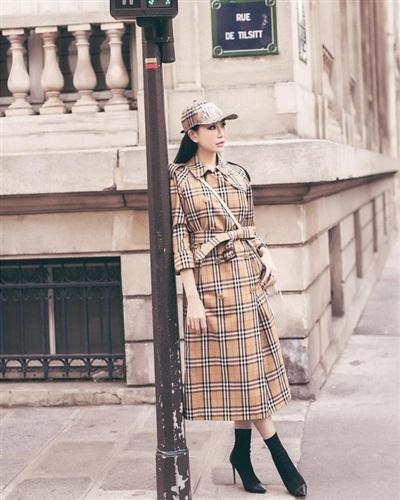 Hoa hậu Lam Cúc lại khiến nhiều tín đồ thời trang 'nể phục' bởi độ chịu chơi và chịu chi của người đẹp. Cô sẵn sàng bỏ ra món 'tiền tạ, tiền tấn' để sở hữu cả combo áo măng-tô cùng mũ lưỡi trai của thương hiệu Burberry.