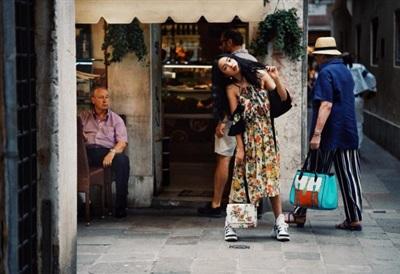 Chẳng hề thua kém bạn trai, Châu Bùi mang lại hình tượng thú vi khi mix váy hoa nữ tính cùng đôi giày 'ông già' của Louis Vuitton.